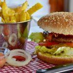 Foto von einem Hamburger und einer Portion Pommes.