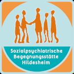 Logo des Sozialpsychiatrischen Fördervereins Hildesheim - Begegnungsstätte. Es zeigt eine abstrakte Darstellung von Menschen, die aufeinander zugehen. Das Logo ist in den Farben Orangen (Menschen), Hellbalu und Türkis gestaltet.