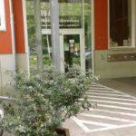 Foto des Eingangs des Gemeinschaftshauses, in dem der Sozialpsychiatrische Förderverein Hildesheim - Begegnungsstätte - untergebracht ist